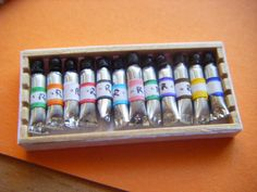 the jujube room: Tutorial for tempera tubes - Paint tubes tutorial Dollhouse Miniature Tutorials, Miniature Rooms, Miniature Crafts, Diy Dollhouse, Dollhouse Miniatures, Vitrine Miniature, Paint Tubes, Mini Craft, Dollhouse Accessories