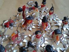 Sneeuwpopjes van bijenwas en klein takje op een plateau van waxinelichtjes-ster