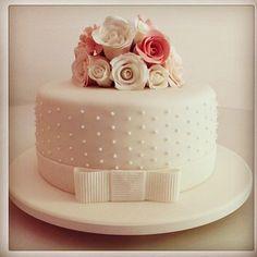 """""""➡️Dica de Bolo LINDO para um pequeno noivado ou almoço de civil!!! Menos é Mais!  #DicasSosBrides #SosBridesTips #SoSBrides ➡️Beautiful…"""" Fondant Cake Prices, Wedding Cake Designs, Wedding Cakes, Beautiful Cakes, Amazing Cakes, Confirmation Cakes, Cake Pricing, Candy Cakes, Engagement Cakes"""