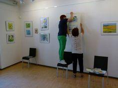 "Ausstellung ""Faszination Aquarell"" in der MV-Fotogalerie | Malschüler beim Hängen der Bilder (c) FRank Koebsch (4)"