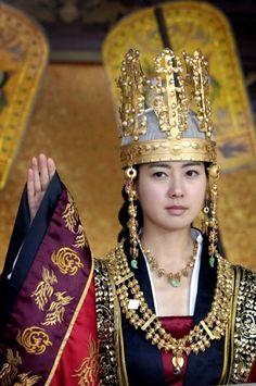 la princesa Chonmyong fue asesinado por Mi-shil. Pero la princesa Deokman astutamente contó con la ayuda del general Kim Yusin y eliminó su archienemigo Mi-shil. Se convirtió en la primera mujer gobernante del reino de Silla.