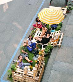 Parking Day, 5 de junho de 2010, em Turim. Provavelmente o maior que já foi feito na Europa. Feito durante o está entre do Cinemambiente 2010, realizada no Dia Mundial do Meio Ambiente de 2010. Pela ocasião, Izmo propôs um espaço decorado em paletes, utilizados como matéria-prima ou reutilização nova vida.