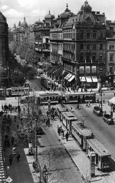 """Kilencven éve is káosz volt Budapest útjain (Eng: """"Ninety years ago it was chaos on the roads of Budapest."""" - Doesn't look so bad to me. Old Pictures, Old Photos, Budapest Travel Guide, Capital Of Hungary, History Photos, Most Beautiful Cities, Budapest Hungary, Historical Photos, Places To Visit"""
