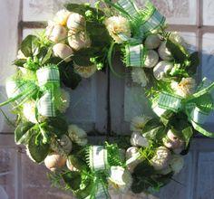 Zelený proužek Jarní věneček o průměru cca 30 cm.