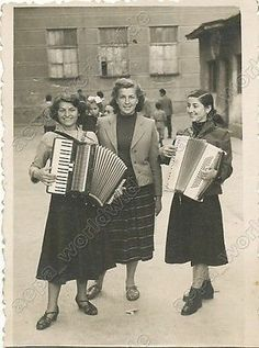 MUSICAL SCHOOL GIRLS PLAYING ACCORDION - vintage old photo original