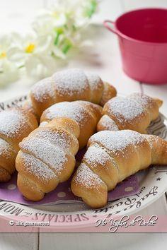 Cornetti senza burro soffici soffici una ricetta ideale per la colazione e la merenda. Cornetti morbidi e più leggeri per chi non puo' mangiare il burro.
