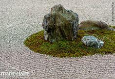 """Il """"dry garden"""" del tempio Ryoan-ji, con 15 rocce in un mare di ciottoli"""