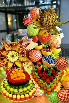 Fruit Table: Learn How to Set Up Inspirations - Food Carving Ideas L'art Du Fruit, Deco Fruit, Fruit Art, Fruit Tables, Fruit Buffet, Fruit Trays, Edible Fruit Arrangements, Fruit Centerpieces, Fruit Sculptures