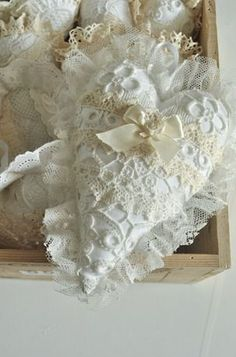 chaveiro com renda.This heart is so lacy and romantic.a touch of shabby chic… Valentine Crafts, Valentines, Shabby Chic Hearts, Fabric Hearts, Lavender Bags, Shabby Chic Christmas, Lace Heart, I Love Heart, Heart Crafts