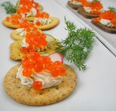 Crackers with Salmon Caviar Cream Cheese and Fresh Dill: Creamy mixture of cream cheese and sour cream, fresh dill- topped with thin slices of radish and cav.[read more at Food Frenzy] Russian Caviar, Salmon Caviar, Seafood Shop, Soup Starter, Fresh Dill, Breakfast Cake, Healthy Dishes, Fish Dishes, Finger Foods
