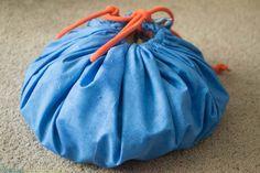 Un jour, un DIY: Le sac à jouets ingénieux