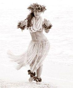 Hasil gambar untuk kim taylor reece Polynesian Dance, Polynesian Culture, Polynesian People, Hawaiian Art, Hawaiian Tattoo, Hawaiian Girls, Kim Taylor Reece, Hula Girl Tattoos, Tahitian Dance