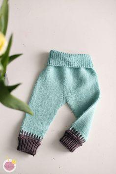 Ihan vain #housuhelmikuun inspiroimana neuloin ensimmäiset villahousut lapselle. Oikeastaan neuloin nämä ystävän lapselle koossa