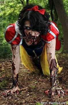 Zombie Snow White special effects.luv luv zombie makeup its so awesome Zombie Make Up, Zombie Zombie, Halloween Kostüm, Halloween Cosplay, Halloween Costumes, Scary Costumes, Zombie Cosplay, Costume Zombie, Awesome Costumes