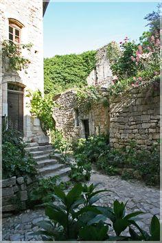 Oppède-le-Vieux, Provence- Luberon  Vu : Joli village provençal préservé Ne pas manquer de monter jusqu'à La Chapelle et aux ruines du château