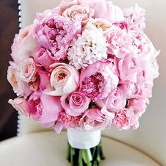 Now this is a bouquet to fall in love with! Spring brings out the prettiest in pink ! Photographer: #TateCarlson #weddinginspo