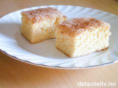 Dette er en svært god og stor langpannekake som kjennetegnes av drysset med sukker og kanel. Kaken er utrolig enkel. -Likevel er den blant mine klare favoritter!