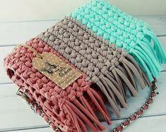 Crochet Cute Bags, Beach Bag, and Handbag Image Pattern for 2019 - Page 9 of 70 - Daily Crochet! Crochet Cute Bags, Beach Bag, and Handbag Image Pattern for crochet bags purses; crochet bag for beginners; crochet bag for little girl Crochet Handbags, Crochet Purses, Crochet Bags, Crochet Gifts, Crochet Clutch, Free Crochet Bag, Crochet Doilies, Knitting Patterns, Crochet Patterns