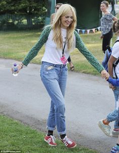 Fearne Cotton cuts a casual figure 2019 They're off: Rex led the way as they made their way across the busy festival site The post Fearne Cotton cuts a casual figure 2019 appeared first on Cotton Diy. Festival Outfits, Festival Fashion, Festival Chic, Boho Outfits, Fashion Outfits, Fashion Ideas, Fashion Inspiration, Fearne Cotton Hair, Midi Skirt Outfit