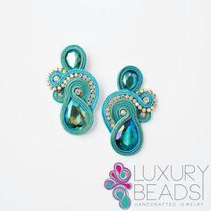 Hermosos y diferentes! Ribbon Jewelry, Boho Jewelry, Jewelry Crafts, Beaded Jewelry, Handmade Jewelry, Fashion Jewelry, Jewellery, Soutache Necklace, Bead Earrings