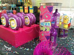 Etiquetas personalizadas, diseño de fiestas temáticas  80's & 90's party Ficus Mesas de Dulces