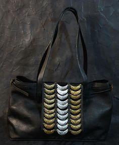 Handtasche aus Leder mit Messingeinsätzen – Noor Design