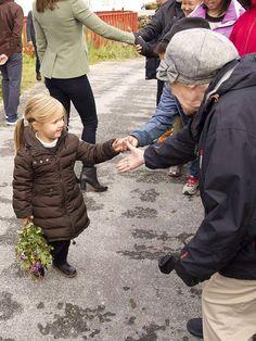 Lille Josephine, kaldet Ivalo i Grønland, går glædeligt rundt på egen hånd og hilser på den grønlandske befolkning - og mestrer selvfølgelig samtidig sin blomsterbuket
