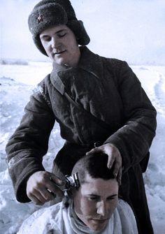 Soldats soviétiques - Une coupe de cheveux, la Seconde Guerre mondiale