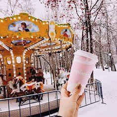 А-атмосфера❄  Как вы?  Прониклись в неё? Или ещё не совсем?  Ну подождите тогда, толи ещё будет✨  Совсем скоро, из каждого уголка будут играть новогодние песни, повсюду из окон будут сверкать фонарики, а горячее какао с маршмеллоу будет чуть ли не в каждых руках☕⠀   С наступающими праздниками, наши друзья  #новая_primetime #уют #люди