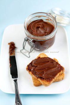 Crema spalmabile al cioccolato e nocciole