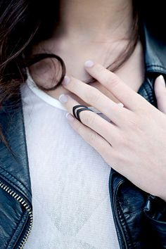 "The ""Hunt"" midi/knuckle ring in black - A middle-knuckle ring with a double arrow-tip curved point."
