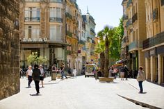 In sommige plaatsen in het zuiden van Frankrijk hangt zo'n heerlijk Spaans sfeertje. Zo ook in de stad Narbonne.   Meer informatie over Narbonne vind je op onze webiste: http://autovakanties.sunweb.nl/frankrijk/languedoc-roussillon/narbonne-plage