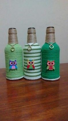 Tiernos buhos en botellas decoradas.