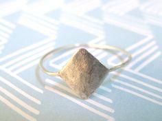 DANIELA: anillo fino de plata de ley con figura en forma de rombo, trabajado a mano. www.darwins.es