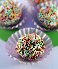 """Praline al cioccolato facili e veloci. Queste deliziose Praline al cioccolato, sono facili e veloci da fare, non vanno cotto e soprattutto, sono un ottima ricetta riciclo nel caso abbiate in casa scatole di biscotti a metà che a vostro figlio/a non """"piacciono più"""". Ingredienti per 30 di praline al cioccolato 500… Carnival Food, Easy Sweets, Sweet Cooking, Food Humor, Dessert Recipes, Desserts, Cakes And More, Latte, Cake Pops"""