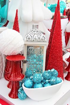 Red and turquoise. Can easily transition this from christmas to winter. I want this in my living room and kitchen.