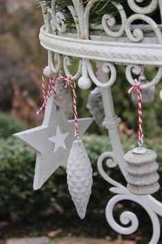 Landidylle: Weihnachtsschmuck aus Beton und Haustürdeko