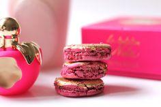 LA TENTATION DE NINA RICCI LADUREE :: Paris :: Nina Ricci x Ladurée :: La Tentation de Nina. Nouvelle eau de toilette (fraîcheur au travers de la bergamote d'Italie, d'un zeste de pamplemousse, de vanille bourbon, de musc blanc et de santal). Du côté du macaron assorti aux couleurs rose et or du parfum, la Maison Ladurée a composé une saveur autour de la framboise, de l'amande, du citron et de l'absolue de rose bulgare créent un surprenant accord, je les ai dévorés !