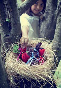 O tesouro de chocolate foi descoberto! Os ovinhos, embrulhados em papel crepom e laços coloridos, foram acomodados em um ninho de palha