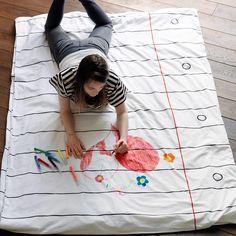 Eine Bettdecke, die sich nach Lust und Laune immer wieder neu bemalen und beschriften lässt! Mit dieser witzigen Idee kann man zum Beispiel den Gästen eine nette Botschaft zukommen lassen – auch Kinder werden begeistert sein von dieser Malgrundlage in XXL!