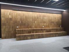 Instalación de un parquet industrial de roble instalado en vertical y lijado. Acabado al aceite. Industrial, Portal, Divider, Garage Doors, Outdoor Decor, Furniture, Home Decor, Wood Flooring, Oak Tree