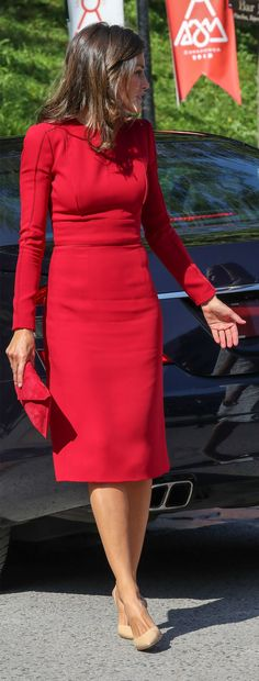 King Felipe and Queen Letizia of Spain visited Covadonga Principality of Asturias with Princess Leonor and Infanta Sofia. Capsule Wardrobe, Vestidos Carolina Herrera, Power Dressing, Queen Letizia, Business Dresses, Dress For Success, Street Chic, Work Fashion, Royals