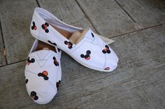 Mickey and Minnie Mouse Polka Dot toms Disney Toms, Disney Diy, Disney Crafts, Disney Shirts, Disney Outfits, Walt Disney, Disney Painted Shoes, Painted Toms, Hand Painted Shoes