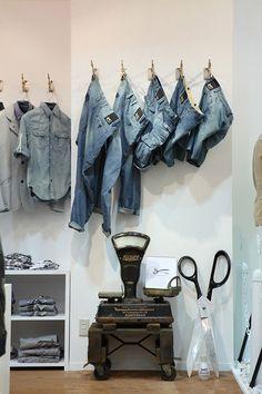 visual merchandising de tejanos con decoración de tijeras y báscula