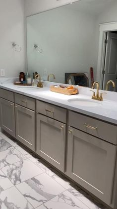 How to paint your counters with a faux marble finish to give your vanity or kitchen a whole new look! Epoxy Countertop Kit, Painting Countertops, Painting Kitchen Cabinets, Marble Countertops, Budget Bathroom, Bathroom Ideas, Caulk Removal Tool, Laminate Counter, Diy Epoxy