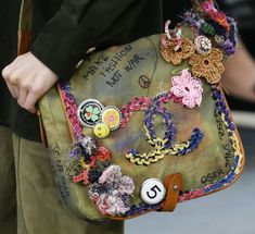 boho saddle bag with crochet gypsy festival detail not what you'd expect from chanel but i love it Spring 2015 Ready-to-Wear - Chanel Chanel 2015, Chanel Fashion, Fashion Bags, Fashion Accessories, Fashion Models, Fashion Beauty, Fashion Trends, Safari Look, Moda Chanel