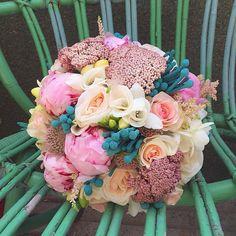 Ramo de novia en tonos rosas, blancos y turquesa