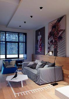 uma espécie de lambri que tbém serve para apoio de quadros, com o mesmo material do piso. Aquece o ambiente.