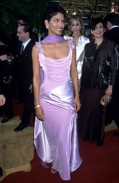 Halle Berry's dress for the '96 Oscars was a purple paradise combining the two best textures of the '90s: velvet and shiny silk.