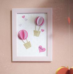 Ideale come decorazione per la camera dei vostri bimbi, questo quadro con mongolfiere 3D è realizzato a mano nelle tonalità del rosa e del lilla.  Personalizzabile nella scritta del nome nel cuoricino che è posto in basso a destra.  ► Dimensione: 13x18 cm ► Cornice inclusa